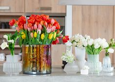 Here are the style trends for the flower and plant sector in Next year will focus on soft rounded shapes, a futuristic look, and recycled materials. Recycled Materials, Futuristic, Flower Power, Glass Vase, Recycling, Table Decorations, Flowers, Trends, Google Search