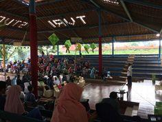 Sekolah Alam Indonesia adalah salah satu pelopor sekolah yang mengedepankan belajar langsung kepada alam, mempunyai kelas yang berbentuk saung dan alam terbuka, pihak SAI (Sekolah Alam Indonesia) m…