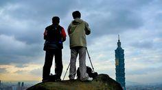 象山 /   拍攝地點:臺北市 信義區 /  台北的象山是欣賞一○一大樓最近的地點,因此吸引了許多攝影愛好者前來取景。