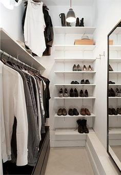 Closet branco com espelho.