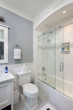 Стеклянные шторки для ванной: что нужно знать при выборе и 50 избранных дизайнерских решений http://happymodern.ru/steklyannye-razdvizhnye-shtorki-dlya-vannoj-46-foto-chto-nuzhno-znat-pri-vybore/ Наилучший вариант для небольшой ванной: светлые тона в отделке и стеклянная шторка, что не загромождает пространства и придает комнате легкости