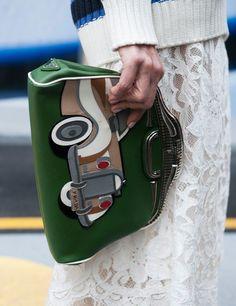 Detalle del bolso con boquilla rígida y adorno de coche en la semana de la moda de Londres, otoño-invierno 2015.