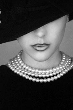 Little Black dress, pearl collier, noir hat. Black White Photos, Black N White, Black And White Photography, Black Widow, Foto Fashion, Estilo Fashion, Beauty Fotos, Portrait Photos, Pearl And Lace