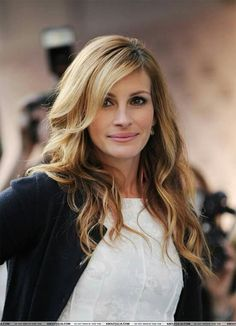 Julia Roberts the eyes have it, but then again, so do the cheeks, the nose shows no shame,.the lips are certainly where they should be. Cheveux Julia Roberts, Julia Roberts Hair, Eric Roberts, Beautiful Celebrities, Beautiful Actresses, Beautiful Women, Georgia, Famous Women, Hollywood Actresses