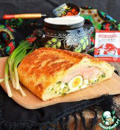 Кулебяка с горбушей, луком и яйцом: Тесто: Дрожжи (быстродействующие) — 6 г, Мука — 600 г, Соль — 1/2 ч. л., Сахар — 2 ст. л., Молоко — 250 мл, Масло сливочное — 100 г. Начинка - нижний слой: Яйцо (вкрутую) — 5 шт, Лук зеленый — 100 г, Соль. Начинка - средний слой: Яйцо (вкрутую, С2) — 5 шт, Масло сливочное — 50 г. Начинка - верхний слой: Горбуша (вес филе) — 600 г, Соль. Для смазки: Яйцо — 1 шт