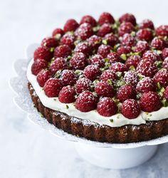 Hvis du skal servere kage for dine gæster, kan vi varmt anbefale denne smukke og meget velsmagende kage. Få opskriften på en saftig mazarin med hindbær og hvid chokoladecreme!