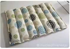 Sewing Projects To Sell My homemade rice and lavender heating pad - Welcome to my first tutorial! If you're looking for a fun sewing project that is also practical, you've come to the right place! A rice and lavender heating pad is a really easy project… Small Sewing Projects, Sewing Projects For Beginners, Sewing Hacks, Sewing Tutorials, Sewing Crafts, Craft Projects, Sewing Tips, Fleece Projects, Sewing Ideas