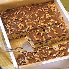 Chocolate Chip-Pretzel Blondies by All You. MyRecipes recommends that you make this Chocolate Chip-Pretzel Blondies recipe from All You Healthy Desserts, Just Desserts, Delicious Desserts, Yummy Food, Party Desserts, Pretzel Desserts, Chip Cookies, Cookies Et Biscuits, Bar Cookies
