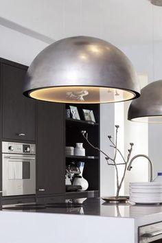 Een industriële keuken is tegenwoordig erg populair. Deze stijl heeft een gezellige en stoere uitstraling en is niet meer weg te denken uit het interieur! Lees in het artikel hoe je jouw keuken kunt omtoveren tot een industriële keuken! Kitchen Worktop, Kitchen Shelves, Kitchen Backsplash, Kitchen Appliances, Black Kitchens, Home Kitchens, Kitchen Images, Home Renovation, New Kitchen