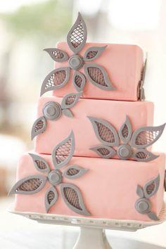 ► Un pastel de boda de color rosa con decoraciones únicos. #bodas #rosa #pastelesparaboda