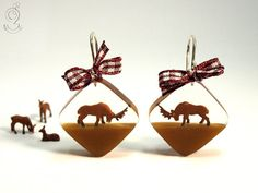 Wood ease – Funny deer earrings each having a brown deer on a brown bottom made of resin wiht a dark red-and-white checkered bow