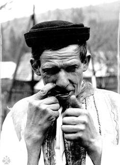 Hráč na drumbli. Heart Of Europe, Folk Costume, Costumes, Vintage Pictures, Folklore, Che Guevara, Nostalgia, Character Design, History