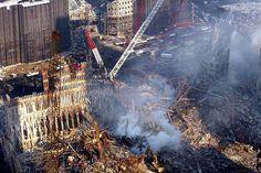 Ruínas do World Trade Center são vistas na Ilha de Manhattan, em Nova York. Na manhã do dia 11 de setembro de 2001, dois aviões comerciais (Voos 11 da American Airlines e 175 da United Airlines) foram sequestrados no Aeroporto de Boston por terroristas da Al Qaeda, e instantes depois atingiram intencionalmente as duas torres do maior complexo comercial do planeta