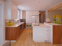 cuisine.  Albanel.     Kitchen, modern with wood and white lacquer cabinets. White appliances.