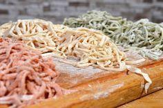 Most arról lesz szó, hogy a saját magunk gyártotta tészta olcsóbb és jobb, mint bármelyik bolti, és hogyan készítsük el hamar. Két főre számolva elég lesz a 100 (+10 a nyújtáshoz) gramm lisztből egy tojásból és egy csipet sóból készült tészta. A képen van fűszerpaprika és szárított petrezselyem is.… Cabbage, Spaghetti, Keto, Chicken, Vegetables, Ethnic Recipes, Food, Veggies, Essen