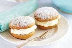 These pretty, melt-in-your-mouth whoopie pies are a must-eat sweet treat! Pie Recipes, Cookie Recipes, Snack Recipes, Dessert Recipes, Yummy Treats, Sweet Treats, Yummy Food, Winter Desserts, Golden Syrup