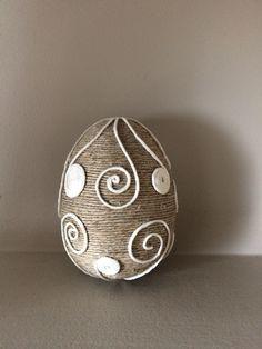 Easter egg string Jute Crafts, Bead Crafts, Diy And Crafts, Easter Egg Crafts, Easter Eggs, Jar Art, Christian Crafts, Easter Parade, Quilling Patterns