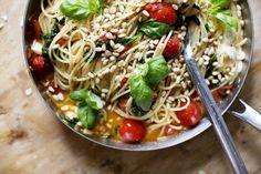 Elsa Billgren: Man bara kokar en god spagetti riktigt al dente i rikligt saltat vatten. Har olivolja i en låg panna, fräser vitlök, hackad körsbärstomat och babyspenat. Sen vänder man i spagettin, river över buffalomozzarella och några hela körsbärstomater. Toppa med pinjenötter och basilika, klart!