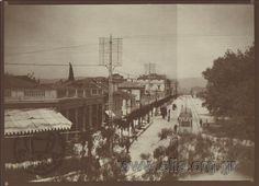 Σπάνια απεικόνιση της οδού Πανεπιστημίου όχι μόνο για τα κτήρια, δεντράκια και το ηλεκτρικό τραμ αλλά γιατί η ηλεκτροδότηση είναι εμφανήςμε τους τότε στύλους και τις τότε κεραμικές ασφάλειες. Αθήνα 1912 Η οδός Πανεπιστημίου από την ταράτσα της οικίας του Νικόλα Κάλας [1907-1988] που ήταν Πανεπιστημίου 4 εκεί που είναι σήμερα η Αγροτική Τράπεζα. Σε πρώτο πλάνο αριστερά το μονώροφο κτήριο πριν γίνουν τα Θέατρα Βρετάνια & Αθηνών. Στη συνέχεια οι Βασιλικοί Σταύλοι σήμερα το ΑΤΤΙCA (πρώην Μέγαρο…