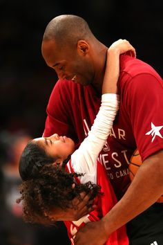 NBA legend Kobe BRYANT has died! World-renowned basketball player Kobe Bryant has died along with his daughter Gianna Maria due to a helicopter crash Vanessa Bryant, Kobe Bryant Family, Kobe Bryant Nba, Young Kobe Bryant, Bryant Lakers, Basketball Legends, Basketball Players, Nba Players, College Basketball