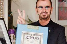 """Ringo Starr vai leiloar primeira cópia do """"Álbum Branco"""" dos Beatles #Brincadeira, #Grupo, #Hoje, #Leilão, #Leiloar, #Nome, #QUem http://popzone.tv/2015/11/ringo-starr-vai-leiloar-primeira-copia-do-album-branco-dos-beatles.html"""