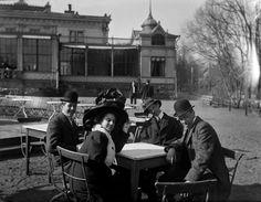 Ungdomar framför Brunnshuset i Brunnsparken. Okänd fotograf, början av 1900-talet. Helsingfors stadsmuseum.