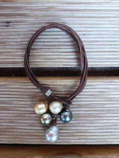 Perles de Tahiti et Australie cuir bracelet femme par PerlaMundi#boho #bohemian #handdmade #organic #gypsy #jewels #madeinfrance #giftingluxury #blackpearls #surf #surferjewelry #surf #surfer #handmade #beach #jewelry #jewel #perlamundi #perla #mundi #bracelets #necklaces #earrings #tahiti #australianpearls