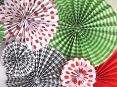 {TUTORIAL}These paper fan rosettes are so simple and so cheap to make. They can be made in any size and variety of patterns to coordinate with your own party decor