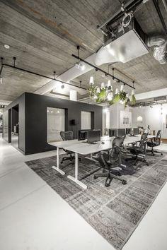 Industriële kantooromgeving in een oud pand. Werkplekken voorzien van vloerkleed als interieur element #kantoor #design #industrieël