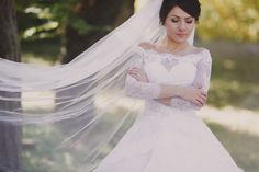 Bride with veil stretched Free Photo