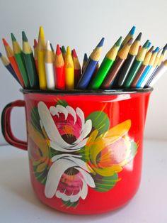 Vintage enamelware mug pitcher Vintage Office, Retro Vintage, Enamel Cookware, Coat Of Many Colors, Best Coffee Mugs, Vintage Enamelware, Art Music, House Colors, Kitsch