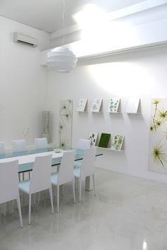 Ambiente realizzato con una pavimentazione in resina epossidica monocromatica lucida e pannelli artistici con elementi in resina decorativa