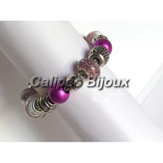 Braccialetto con perle in acrilicoe charms argentateDi grande effetto,molto leggero,comodo e adattosoprattutto in estate