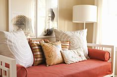 Living in one room does not mean sacrificing style. Here are some tips on how to live beautifully in studio and bachelor apartments.