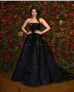 Amitabh Bachchan, Amabnis , SRK , Kareena And Others Grace Starry Wedding Reception Of Deepika Padukone And Ranveer Singh - HungryBoo Indian Wedding Gowns, Indian Bridal Fashion, Indian Gowns, Pakistani Dresses, Indian Reception Outfit, Reception Gown, Wedding Reception, Designer Bridal Lehenga, Bridal Lehenga Choli