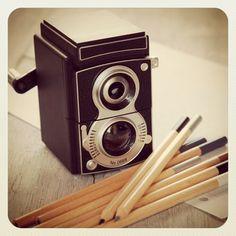 Tenemos un hermoso sacapuntas en forma de cámara vintage para los amantes de la fotografía analógica <3