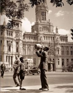 Madrid, // Francesc Català-Roca was a Spanish photographer. His photography is characterized by the pursuit of human environment under original views. Old Pictures, Old Photos, Vintage Photos, Human Environment, Foto Madrid, Real Madrid, Portugal, Historical Images, Black And White Pictures