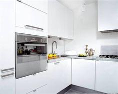 Cocina blanca con encimera gris