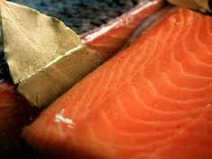 Salmon In Basic Brine Solution, With Gorgeous Green Bay Leaf Peeking Out of The Clear Glass Bowl Smoked Salmon Brine, Smoked Salmon Recipes, Trout Recipes, Smoked Fish, How To Cook Zucchini, How To Cook Corn, How To Cook Shrimp, How To Make Brine, Salmon Smoker