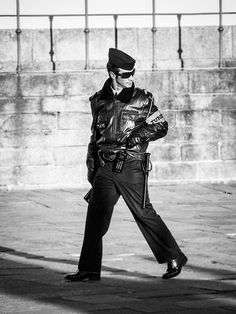 1000059 A very stylish policeman in Oporto
