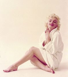 0 Marilyn Monroe in bathrobe