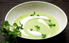 Her får du opskriften på kold aspargessuppe med mælkeskum og mandelolie.