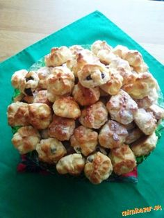 Do misy nasypeme múku, vyhĺbime jamku, nalejeme trocha z celkového množstva vlažnej smotany (alebo d... Slovak Recipes, Czech Recipes, Russian Recipes, Ethnic Recipes, Baking Recipes, Dessert Recipes, Desserts, Easter Recipes, Nutella