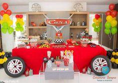 Festa no tema Carros. Mais ideias aqui: http://mamaepratica.com.br/2015/04/20/10-temas-para-festa-de-menino/                                                                                                                                                     Mais