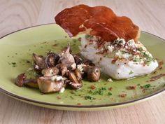Receta | Merluza con boletus, praliné de piñones y polvo de jamón - canalcocina.es