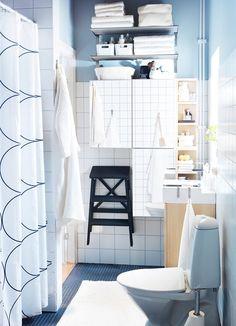 Střízlivý design vhodný do každé koupely prezentuje závěs Uddgrund v kombinaci bílé a černé. Rozměry má 180 x 200 cm a stojí 199 Kč; Ikea