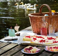 Picnic by the lake try it. Fall Picnic, Picnic Time, Summer Picnic, Picnic Parties, Garden Parties, Beach Picnic, Outdoor Parties, Summer Food, Dinner Parties