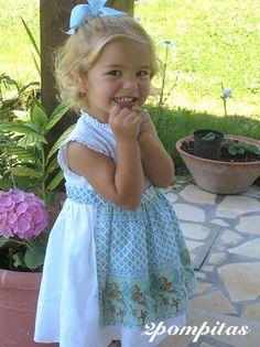 Another summer girl´s dress, white linen. Otra versión tirolés verano, en lino blanco con delantal también en lino con motivos provenzales, azules y dorados. 2pompitas.