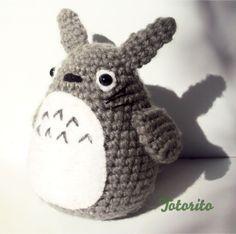 El día de hoy voy a compartir un patrón pequeñito, tierno, kawaii y muy sencillo de Totoro, es un mini Totorito que hice para el Aki Matsuri...