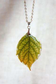 Leaf pendant epoxy resin. Natural leaf beautiful color. by Dingaya